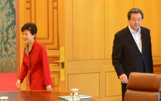 박근혜 대통령이 7월 16일 청와대에서 새누리당 김무성 대표를 만나 인사를 나눈 후 자리로 이동하고 있다. ⓒ뉴시스ㆍ여성신문