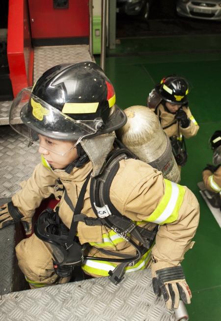 4일 서울 지역의 한 소방서 여성 소방관들이 방화복을 입고 화재 진압 출동 준비를 하고 있다. ⓒ이정실 여성신문 사진기자