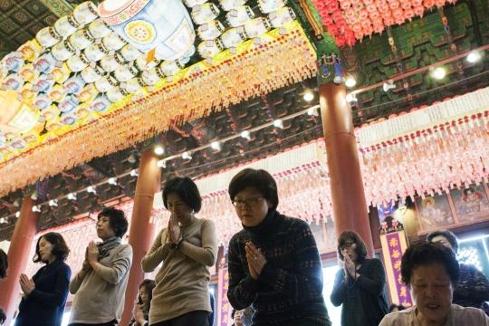 2016년 대학수학능력시험을 일주일 앞둔 5일 서울 종로구 조계사 대웅전에서 열린 수능법회에서 학부모들이 수험생 자녀를 위해 기도를 하고 있다. ⓒ이정실 여성신문 사진기자