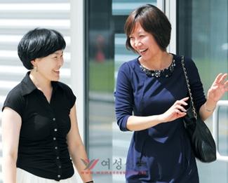 이라(오른쪽) 경기도의원이 도청 가족여성정책과에 근무하는 몽골인 직원 수헤르텐 아리옹씨와 웃으며 이야기하고 있다.sumatriptan 100 mg sumatriptan 100 mg sumatriptan 100 mg