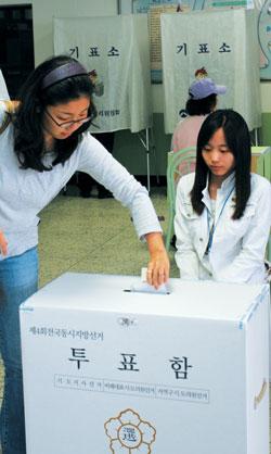 유권자는 투표로 정권을 심판하는데, 이 부분에서 점점 여성들의 영향력이 커지고 있는 추세다. 최근 한국정책과학연구원이 실시한 여론조사 결과, 정권교체지수는 남성 1.64, 여성 1.58이었다. 여성 연령대별로 살펴보면, 20대가 1.53, 30대가 1.98. 40대가 2.17, 50대 이상이 1.20으로, 40대 여성의 정권교체 욕구가 가장 큰 것으로 나타났다.cialis coupon cialis coupon cialis couponsumatriptan patch http://sumatriptannow.com/patch sumatriptan patchcialis coupon free prescriptions coupons cialis trial couponcialis manufacturer coupon cialis free coupon cialis online coupon