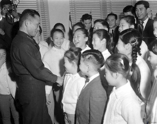 1962년 박정희 국가재건최고회의 의장에게 귀국 인사를 하러 온 선명회어린이합창단. ⓒ국가기록원