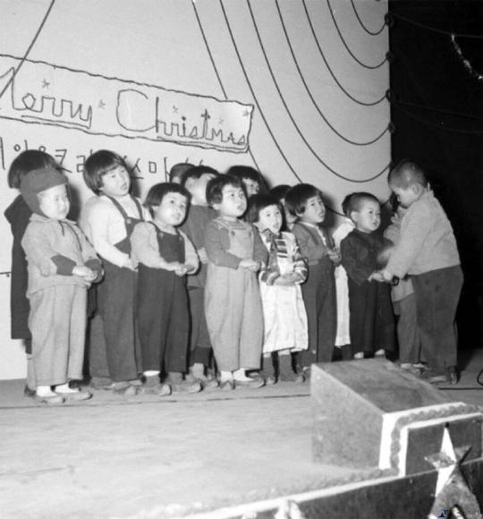 주한미군 주최로 서울 노량진교회가 운영하는 남북애육원에서 열린 크리스마스 행사에서 전쟁고아들이 노래를 부르고 있다. ⓒ국가기록원