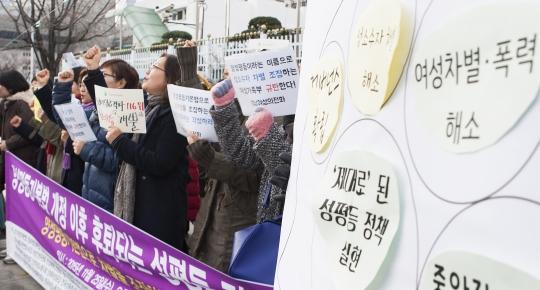 한국여성단체연합을 비롯한 60개 여성·인권단체는 지난달 25일 오후 1시 서울 광화문 정부 중앙청사 정문 앞에서 '양성평등기본법 개정 이후 후퇴되는 성평등 정책 규탄' 기자회견을 열었다. ⓒ이정실 여성신문 사진기자