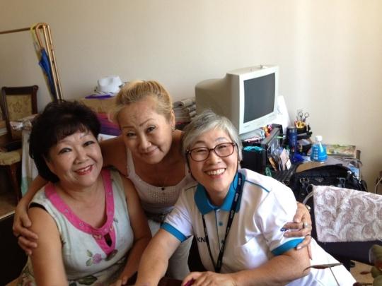 김경애 전 동덕여대 교수(맨 오른쪽)가 고려인협회 사무실에서 인터뷰 대상들과 함께 포즈를 취했다. ⓒ김경애