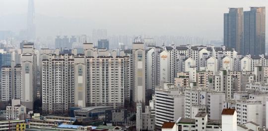 2016년도 부동산 시장은 주택 공급 과잉과 정부의 대출규제 강화, 미국의 금리 인상 등 3대 악재가 예고되면서 불확실성이 커지고 있다. 사진은 서울의 아파트 단지의 모습. ⓒ뉴시스·여성신문
