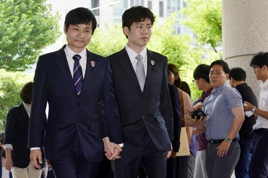 김조광수 감독과 김승환 레인보우 팩토리 대표가 첫 동성결혼 소송 심문기일인 지난해 7월 6일 서울 마포구 서부지방법원으로 들어서고 있다.