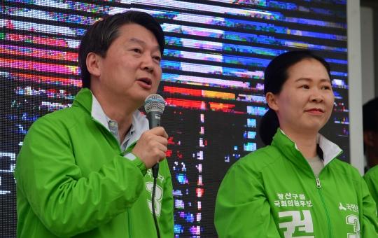 4·13 총선 선거운동 첫 주말인 2일 오후 광주 광산구 수완동 국민은행 4거리에서 국민의당 안철수 공동대표가 광산을에 출마한 권은희 후보 지지를 호소하고 있다.