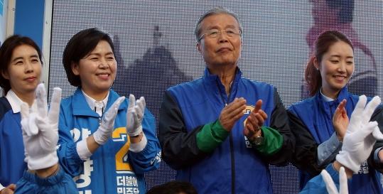 더불어민주당 김종인 대표가 2일 오후 광주 서구 쌍촌동 한 사거리를 찾아 20대 총선 서구을에 출마한 양향자(왼쪽 둘째) 후보 지지를 호소하고 있다.