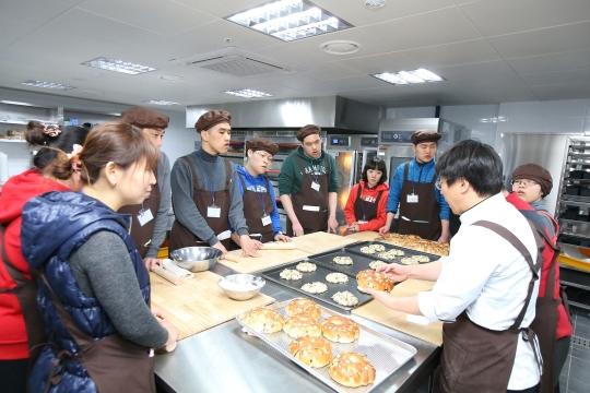 꿈친장애인복지센터에서 장애인 교우들이 제빵 수업을 듣고 있다. ⓒ여의도순복음교회