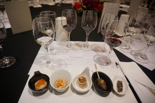 와인과 음식의 마리아주를 찾기 위한 테이스팅. 각 음식들의 특성과 와인의 특성을 비교분석하는 작업을 통해 좋은 궁합을 찾아낸다. ⓒ오지현