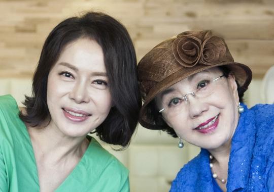 연극 '세 여자'에서 고부지간으로 만난 사미자(오른쪽)와 최초우 배우. ⓒ이정실 여성신문 사진기자