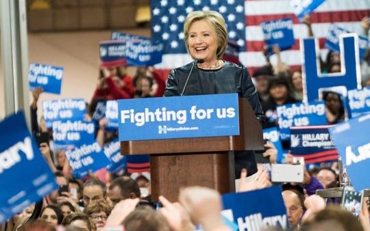 지지자 앞에서 환호하는 힐러리 클린턴 민주당 경선 후보. ⓒhillaryclinton.com