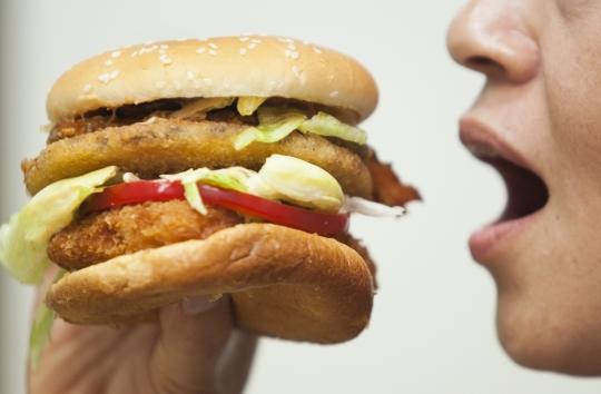 폭식이나 과식은 단순히 다이어트 문제가 아니다. 당뇨, 고혈압, 지방간, 고지혈증을 부를뿐 아니라 심장질환이나 뇌혈관질환 등 심각한 질환도 유발한다. ⓒ이정실 여성신문 사진기자