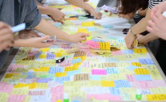5월 23일 오후 서울 동작구 여성가족재단에서 관계자들이 강남역 10번 출구와 부산, 대구 등 전국의 추모 공간에 있던 '강남역 화장실 여성 살인사건' 추모 포스트 잇을 정리하고 있다. ⓒ뉴시스·여성신문