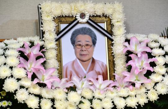 10일 오후 서울 중구 국립중앙의료원 장례식장에 마련된 일본군 위안부 피해자 유희남 할머니 빈소에 영정 사진이 놓여 있다. 폐암으로 투병 중이던 일본군 위안부 피해자 유희남 할머니는 10일 오전 8시23분께 향년 88세의 나이로 별세했다. ⓒ뉴시스·여성신문