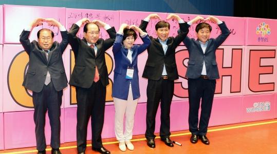충남도여성대회 주요 행사로 치러진 히포시 캠페인을 마친 후 안희정(오른쪽 둘째) 도지사와 김화중(오른쪽 셋째) 충남여성단체협의회장 등 내빈들이 참석자들을 향해 손으로 하트 모양을 만들어 보이고 있다. ⓒ충남도