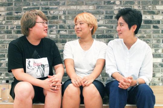 지난 11일 오후 서울 마포구 한 카페에서 만난 여성주의정보생산자 협동조합 '페미디아' 구성원들. ⓒ변지은 기자
