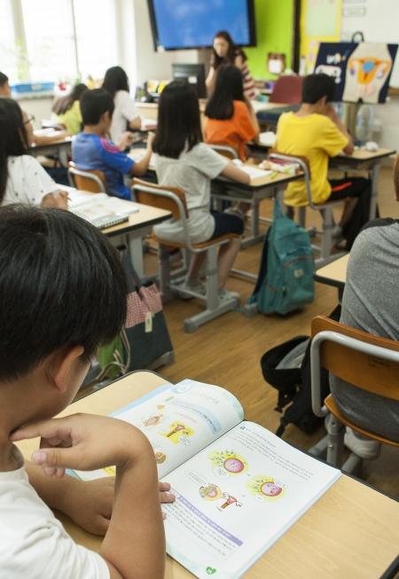 경기 부천시 소일초등학교 학생들이 보건시간에 임신과 출산에 관한 수업을 받고 있다. 사진은 기사의 특정 사실과 관련없음. ⓒ이정실 여성신문 사진기자