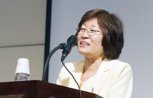 장필화 이화여대 여성학과 교수가 16일 이대 국제교육원 LG컨벤션홀에서 제자, 동료 학자 등 300여 명이 참석한 가운데 열린 정년퇴임 기념식에서 '생명, 사회, 정의를 위한 여성학'이라는 주제로 고별 강연을 하고 있다.