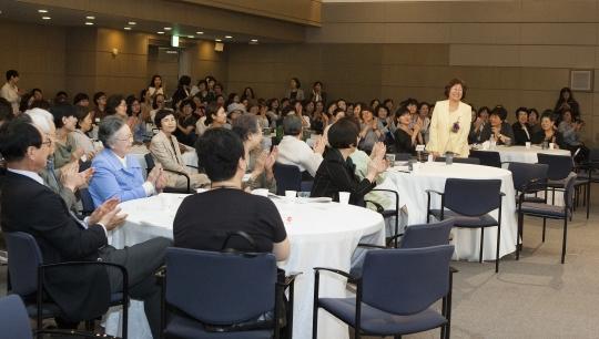 장필화 교수가 고별 강연을 위해 자리에서 일어나자 참석자들이 박수를 보내고 있다. ⓒ이정실 여성신문 사진기자