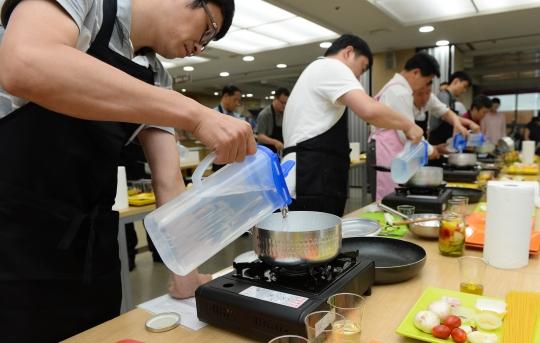 6일 오후 서울 중구청에서 열린 '아빠의 식탁' 행사에서 구청직원들이 음식조리를 하고 있다. ⓒ뉴시스·여성신문