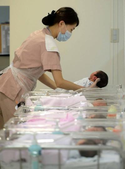 서울 강남구 강남차병원 신생아실에서 간호사들이 아기들을 돌보는 모습. 자녀를 낳으면 국민연금 가입기간을 늘려주는 '출산 크레딧' 제도를 개선하자는 목소리가 커지고 있다. ⓒ뉴시스·여성신문
