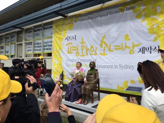 6일(현지시간) 시드니 한인회관에서 열린 호주 '평화의 소녀상' 제막식에서 일본군'위안부' 피해자인 길원옥 할머니가 소녀상 옆 의자에 앉아 기념촬영을 하고 있다. ⓒ윤미향 정대협 대표 페이스북