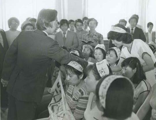 1979년 8월 9일 당시 김영삼 신민당 총재가 당사에 진입해 농성을 벌이던 YH무역 여공들을 격려하던 모습 ⓒ뉴시스·여성신문