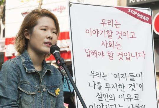 강남역 여성 살해사건 직후인 지난 5월 20일 서울 서대문구에서 열린 '여성폭력 중단을 위한 필리버스터'에서 한 여성이 발언하고 있다. ⓒ이정실 여성신문 사진기자