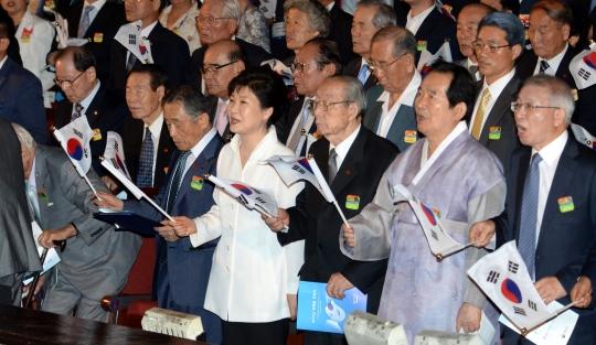 박근혜 대통령이 15일 오전 서울 세종문화회관에서 열린 제71주년 광복절 경축식에서 내빈들과 광복절 노래를 제창하고 있다. ⓒ뉴시스·여성신문