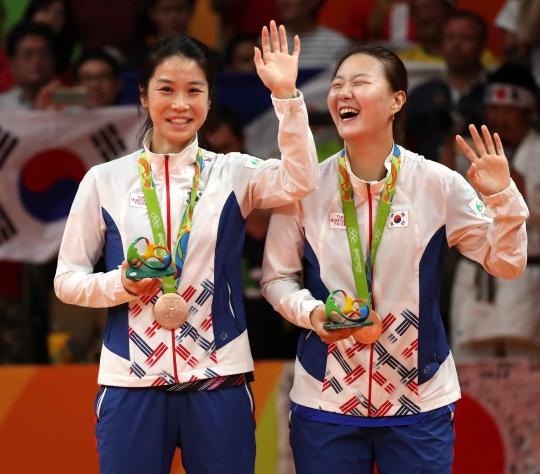 2016 리우데자네이루 올림픽 배드민턴 여자 복식에서 동메달을 획득한 신승찬과 정경은(왼쪽)이 19일(한국시간) 브라질 리우데자네이루 리오센트로 파빌리온4에서 열린 시상식에서 활짝 웃고 있다. ⓒ뉴시스·여성신문