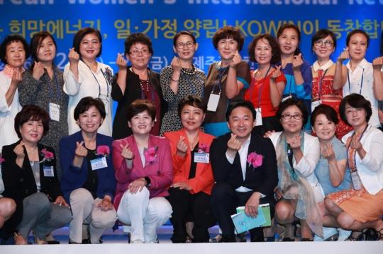 24일 오전 제주 서귀포시 국제컨벤션센터에서 열린 제16회 세계한민족여성네트워크 개막식에서 참가자들이 기념 촬영을 하고 있다. ⓒ여성가족부 제공