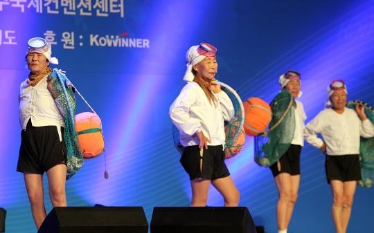 24일 제주 서귀포시 국제컨벤션센터에서 열린 제16회 세계한민족여성네트워크에서 실제 제주 해녀들이 직접 연극을 펼치고 있다. ⓒ뉴시스·여성신문