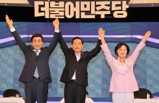 25일 오후 서울 여의도 KBS본관 스튜디오에서 열린 더불어민주당 당대표 TV토론회에 참석한 이종걸(왼쪽부터), 김상곤, 추미애 후보가 포즈를 취하고 있다. ⓒ뉴시스·여성신문
