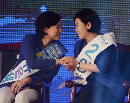 27일 오후 서울 송파구 올림픽공원 체조경기장에서 열린 더불어민주당 제2차 정기 전국대의원대회에서 여성 최고위원직에 양향자(오른쪽) 후보의 당선이 유력시된 가운데 유은혜 후보와 양 후보가 두손을 맞잡고 인사를 나누고 있다. ⓒ뉴시스·여성신문