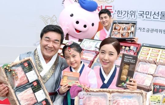 8월 23일 서울 정동극장에서 한돈자조금 이병규 위원장과 홍보모델들이 추석 한돈 선물세트를 선보이고 있다. ⓒ한돈자조금