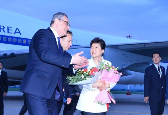 다자정상회의 참석차 러시아, 중국, 라오스 3개국 순방에 나선 박근혜 대통령이 2일 오후 첫 순방국 러시아 블라디보스톡 국제공항에 도착, 러시아 영접인사와 대화하며 차량으로 향하고 있다. ⓒ뉴시스ㆍ여성신문