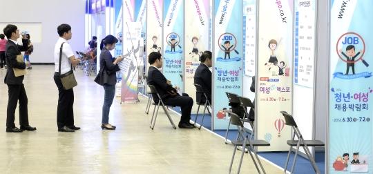 지난 6월 대구 북구 엑스코에서 열린 '2016 청년-여성 채용박람회'를 찾은 구직자들이 면접을 보고 있다. ⓒ뉴시스