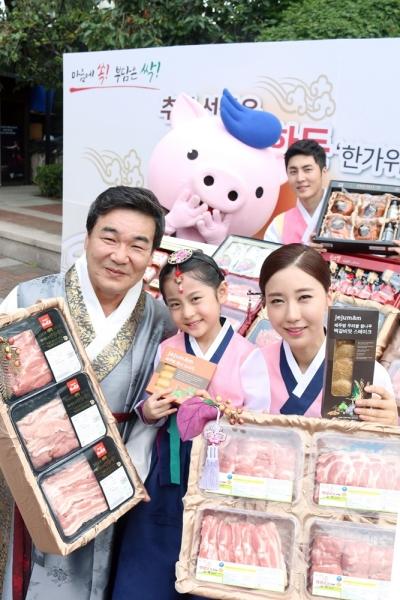 8월 23일 서울 정동극장에서 한돈자조금 이병규 위원장과 홍보모델들이 추석 한돈 선물세트를 선보이고 있다 ⓒ한돈자조금