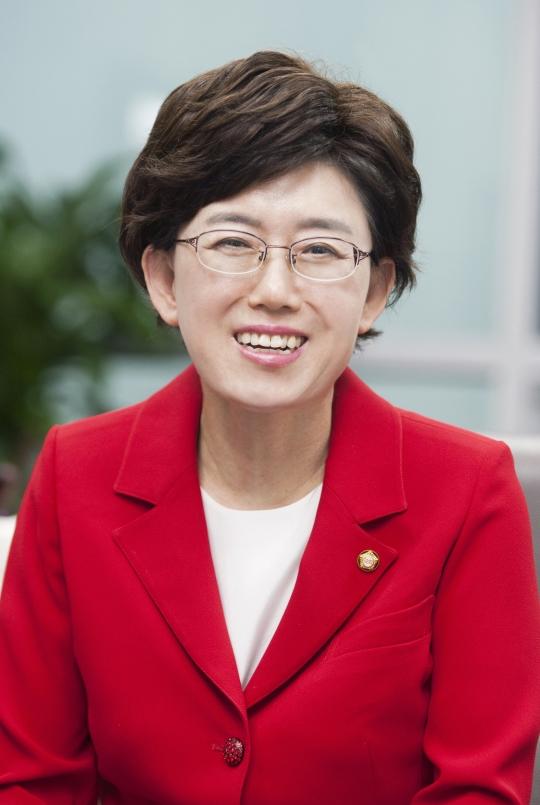 여성신문과 인터뷰 중인 새누리당 최연혜 여성 최고위원 겸 중앙여성위원장 ⓒ이정실 사진기자