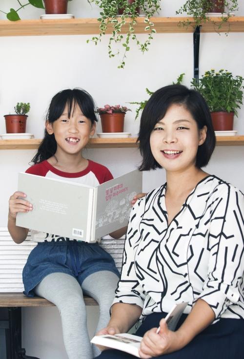 입양성장동화 펴낸 이설아(오른쪽)·김미루 모녀. 이설아씨는 건강한입양가정지원센터를 설립하고 입양가족들에게 직접 도움을 주기 위한 일에 앞장서고 있다. ⓒ이정실 사진기자