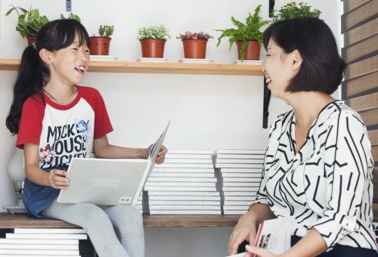 마주보고 웃는 이설아(오른쪽)·김미루 모녀. ⓒ이정실 사진기자
