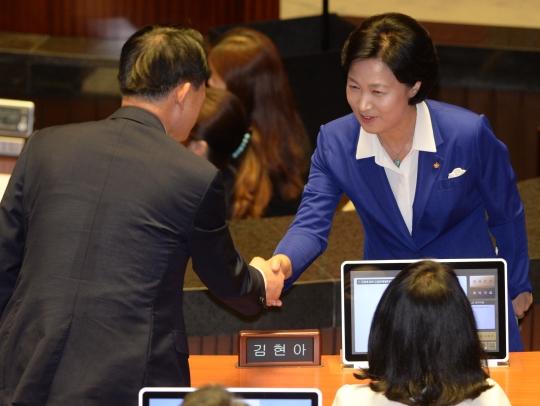 더불어민주당 추미애 대표가 6일 서울 여의도 국회에서 열린 본회의에서 교섭단체대표연설을 마친 후 의원들과 인사를 나누고 있다. ⓒ뉴시스