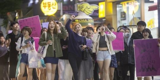 불꽃페미액션은 지난 5월 강남역 여성살해사건 이후 한국 사회에서 페미니즘 이슈가 불거질 때마다 다양한 방식으로 목소리를 높였다. 사진은 불꽃페미액션이 5월 말 강남역 일대에서 연 '나쁜 여자들의 밤길 걷기' 행진 풍경. ⓒ불꽃페미액션 제공