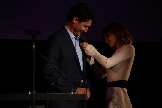 엠마 왓슨 유엔여성 친선대사(오른쪽)가 히포시 청년을 위한 챔피언에 선정된 주스탱 트뤼도 캐나다 총리에게 기념 리본을 달아주고 있다. ⓒUN Women/Celeste Sloman