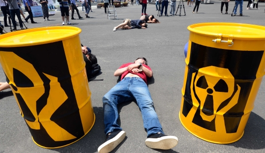 7월 7일 부산 동구 부산역 광장에서 국제환경단체 그린피스 활동가들이 신고리 5·6호기 등 신규 원전 건설 허가를 규탄하며 원전 사고 이후 직접적인 피해를 입게 될 시민들의 모습을 나타내는 퍼포먼스를 펼치고 있다. ⓒ뉴시스·여성신문