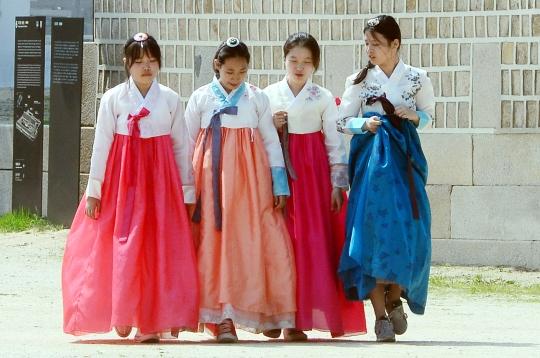 지난 5월 28일 오후 서울 종로구 경복궁에서 한복을 입은 시민들이 고궁을 걷고 있다. ⓒ뉴시스·여성신문
