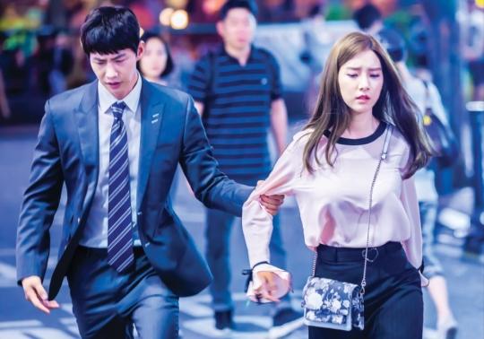 SBS 드라마 우리 갑순이에서 갑돌(송재림)이 갑순(김소은)의 팔뚝을 거칠게 잡아끌고 있다.