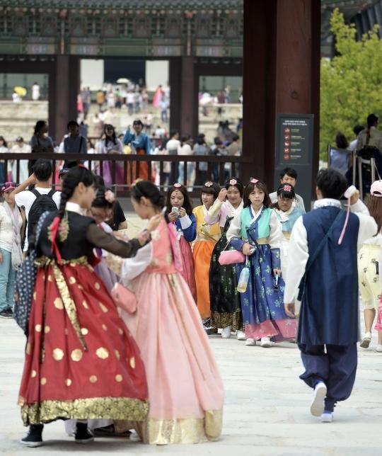 추석 연휴가 시작된 14일 서울 종로구 경복궁을 찾은 관람객들이 한복을 입은 채 기념촬영을 하고 있다. ⓒ뉴시스
